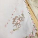 Enxoval- Cueiro de Malha bordado- Carruagem Rosa e bege