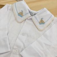 body branco com gola bordado barquinho bege e azul bebe