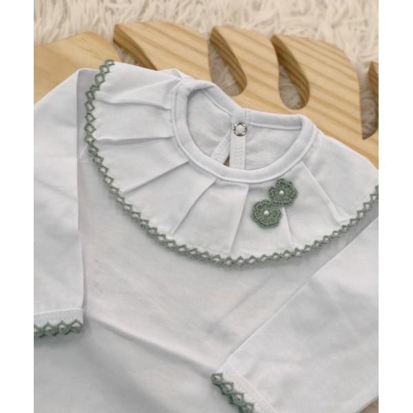 body branco com gola bordada flor de crochê verde
