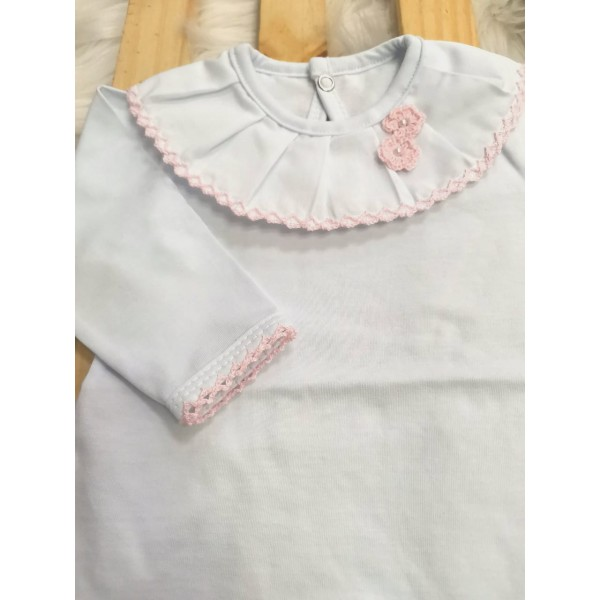 body branco com gola bordada flor de crochê rosa