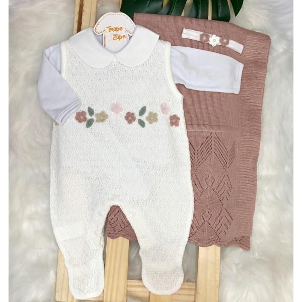 Saída de maternidade-  Salopete com flor de croche no peito manta renda rose