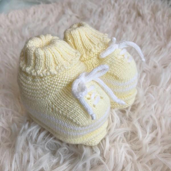 Sapatinho recém nascido de linha- cadarço amarelo