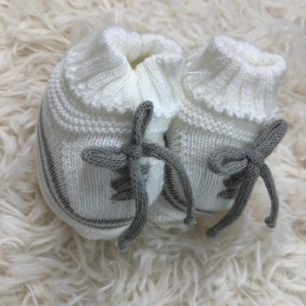 Sapatinho recém nascido de linha- cadarço branco com cinza