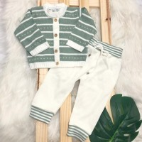 Conjunto de linha  verde com detalhes e calca branca
